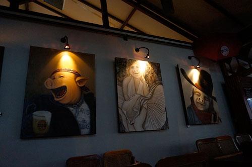 ヌリス・ワルンの壁に掛けられた豚の絵
